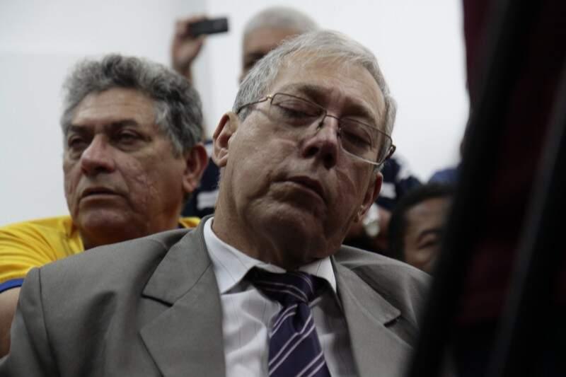 Assessor fica com sono durante coletiva de prefeito no gabinete (Foto: Cleber Gellio)