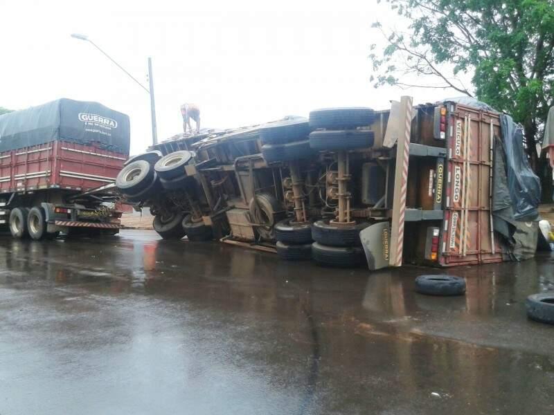 O vagão da carreta teria tombado após uma ultrapassagem.(Foto:Direto das Ruas)