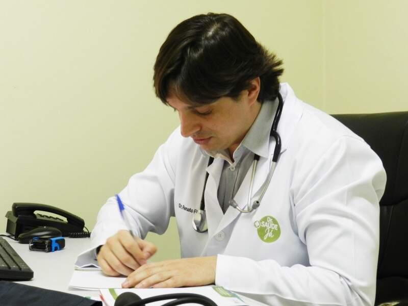 Dr. Renato prescrevendo medicação - Foto Divulgação