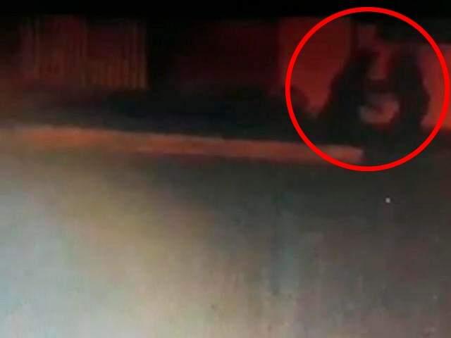 No canto esquerdo da imagem, sombra na parede foi filmada e mostra momento do esfaqueamento de Rosilei (Foto: Reprodução)