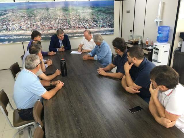 Marun participou de reunião de emergência sábado (30) para explicar atraso no repasse de ajuda a prefeituras. (Foto: CNM/Divulgação)