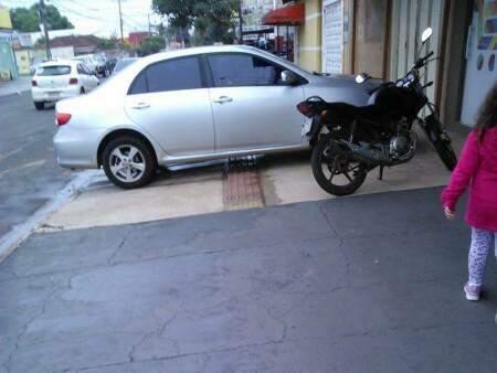 Carro atrapalhando passagem de pedestres (foto: Direto das Ruas)