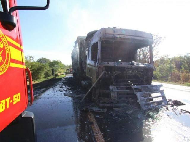 Carreta destruída por fogo na BR-060.(Foto: André Bittar).