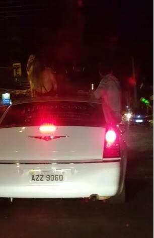 Jovens com o corpo para fora de Limousine na madrugada de hoje (7) (Foto: Direto das ruas)