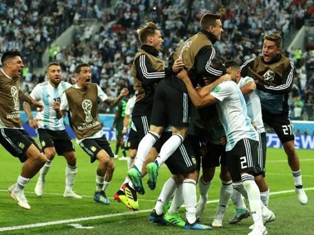 Jogadores argentinos vibram com gol marcado no fim do jogo (Foto: Fifa/Divulgação)