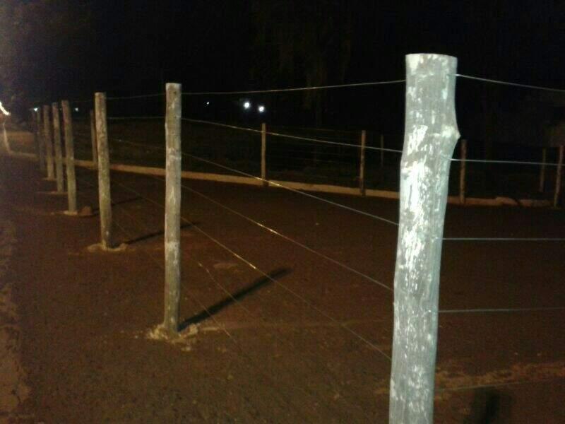 Local está cercado e impede passagem de pedestres. (Foto: Repórter News)