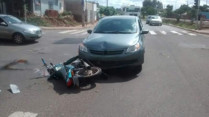 O motociclista passava bem e foi atendido por viatura do Corpo de Bombeiros.(Foto:  Direto das Ruas)