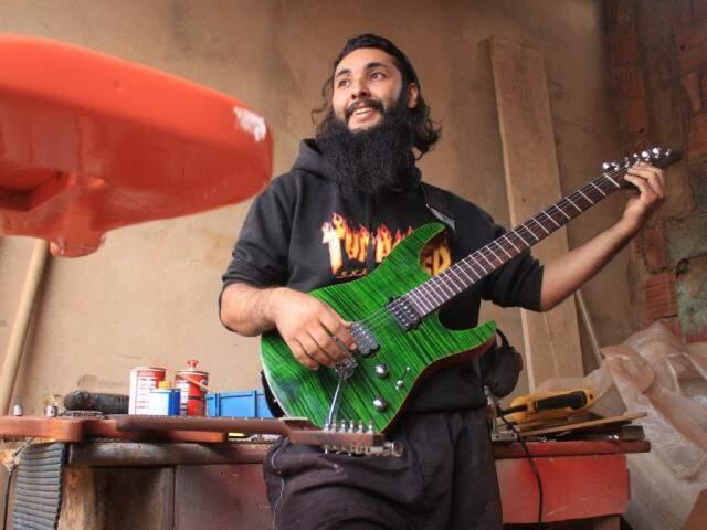 Guitarra feita por Erick, com madeira canadense maple. (Foto: Marina Pacheco)