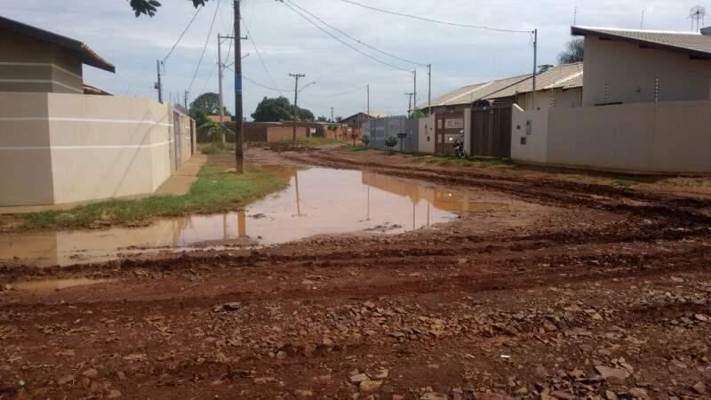 Avenida 07 com lama após chuvas que aconteceram na semana (Foto: Direto das ruas)