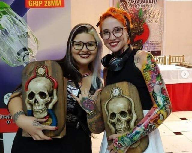 Paty (à esquerda) foi premiada no Paraguai.