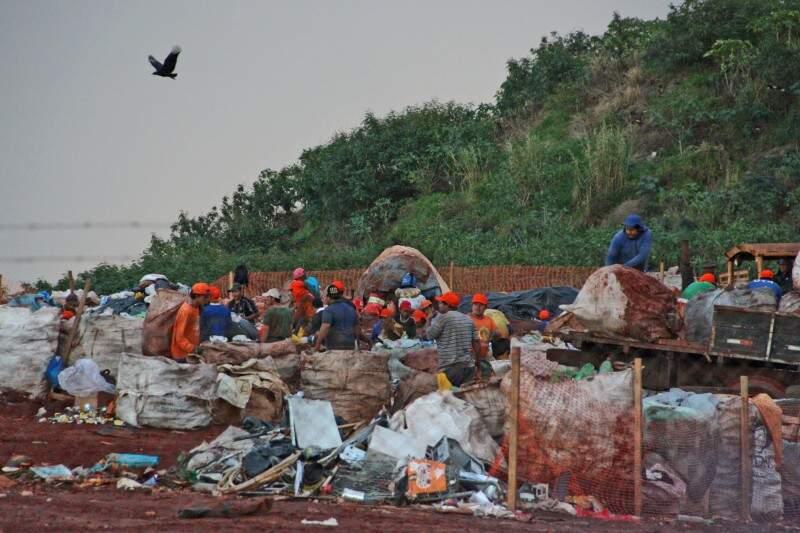 Na Capital, prefeitura não conseguirá cumprir a lei e só, a partir de novembro, promete desativar o lixão (Foto: Marcos Ermínio)