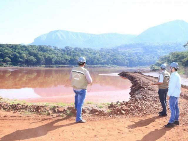 Técnicos durante uma das vistorias desta quarta-feira (30) em Corumbá. (Foto: Edemir Rodrigues)