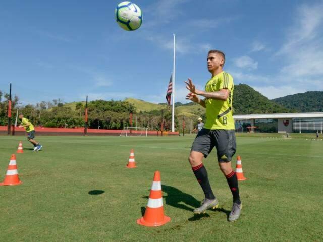 Volante Cuéllar está confirmado no time titular do Flamengo (Foto: Alexandre Vidal/Flamengo)