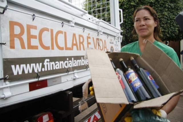 Moradora de Campo Grande leva garrafas para reciclagem. (Foto: Marcelo Victor)