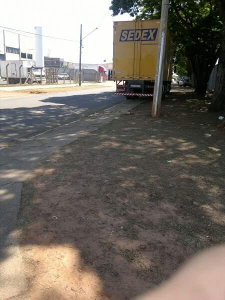 O caminhão estava estacionado sobre calçada na rua Candelária. (Foto: Repórter News)