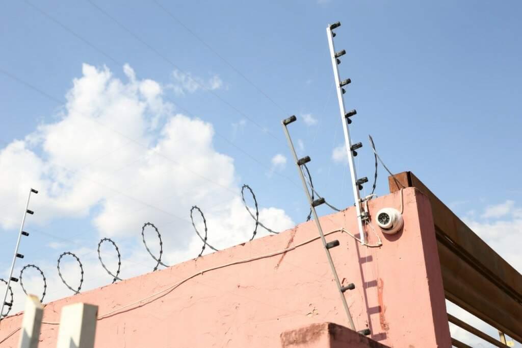 A criminalidade é tanta que tem casa com câmera de segurança, cerca elétrica e concertina  (Foto: Paulo Francis)