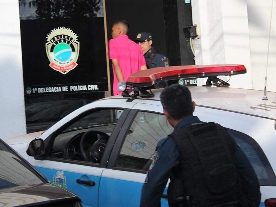 Preso chegando à 1ª Delegacia de Polícia Civil de Nova Andradina (Foto: Jornal da Nova)