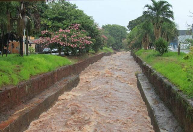 Nível do Córrego Prosa subiu consideravelmente na avenida Ricardo Brandão. (Foto: Marina Pacheco)