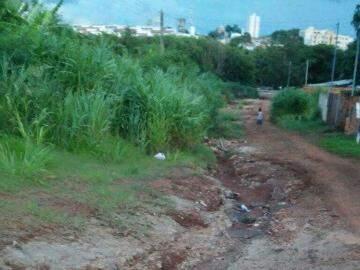 A falta de cascalhamento na rua prejudica moradores do local. (Foto: Direto das Ruas)