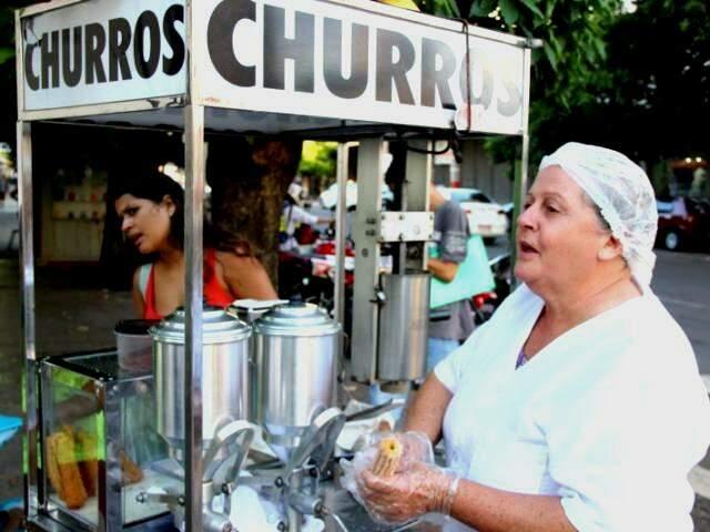 Churros com gostinho que remete infância continua mesmo é nas ruas. (Foto: Fernando Antunes)