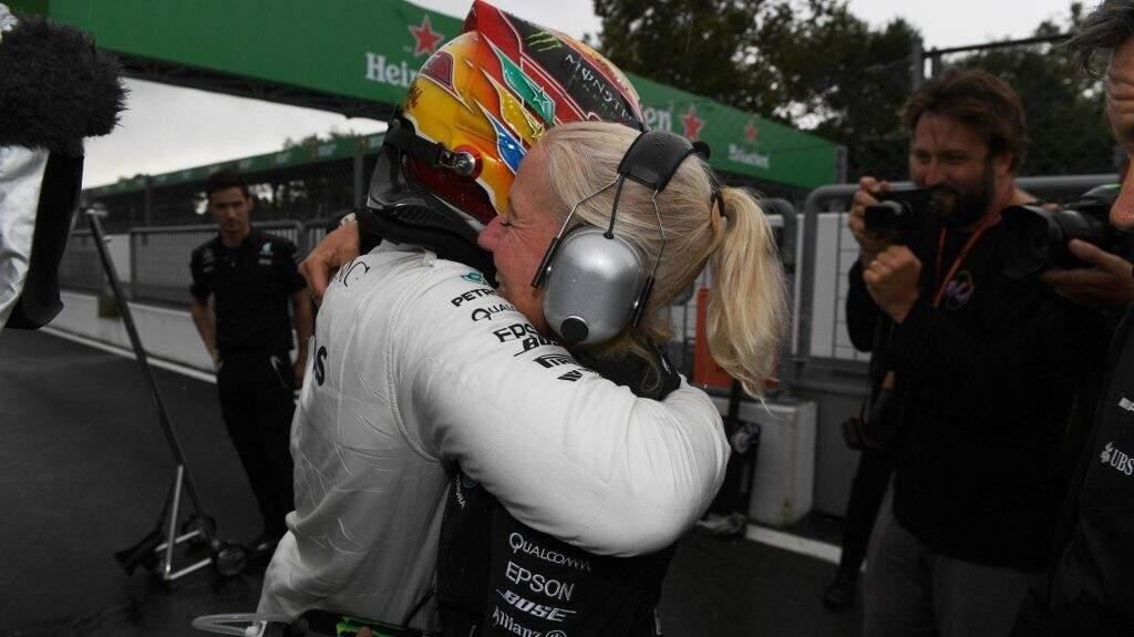 Hamilton festeja conquista da pole com membros da Mercedes após sábado conturbado em Imola (Fotos: Sutton Images/FIA)