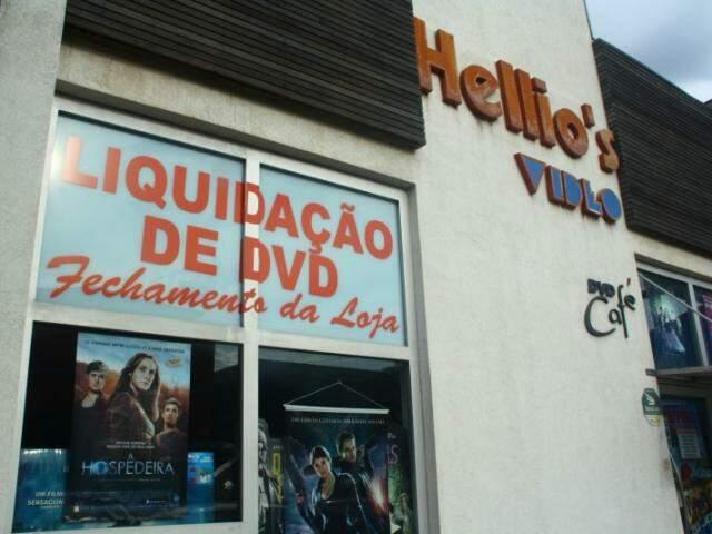 Em 10 dias as prateleiras dos DVD's vão dar lugar às tintas. Até lá, a promoção é de filmes originais a R$ 10. (Foto: Marcos Ermínio)