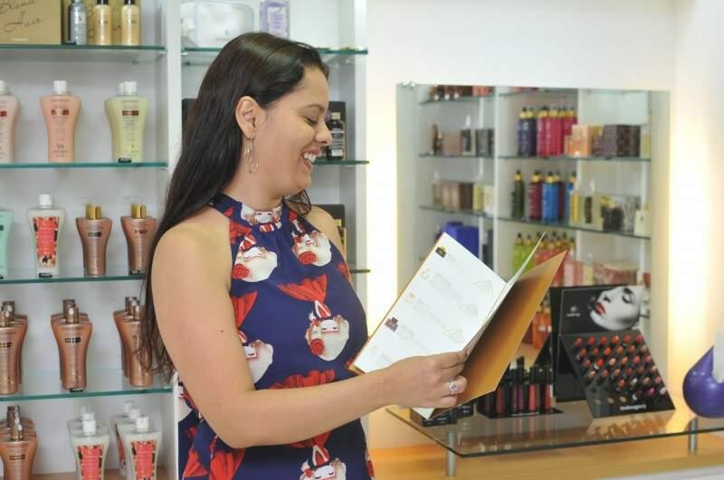 Flaviana mostra menu com todos os perfumes da marca.