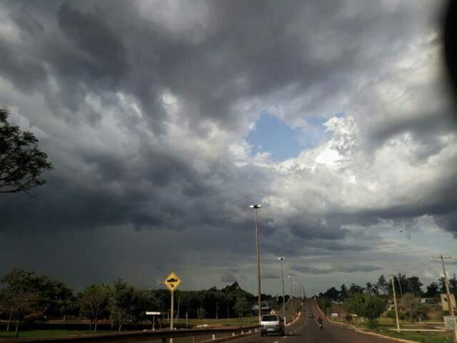 Por alguns bairros da região norte, no Santa Luzia, bairro Coophasul e também na região do bairro Parati, choveu neste sábado. (Foto: Saul Schramm)