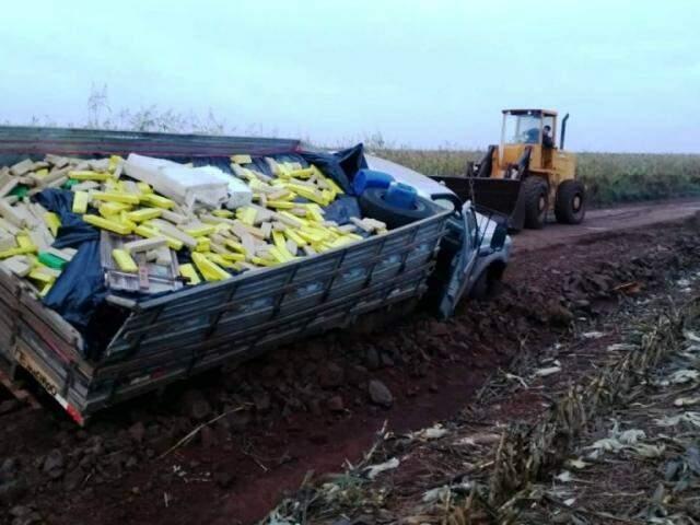 Trator foi usado para desatolar caminhonete com maconha (Foto: Divulgação)