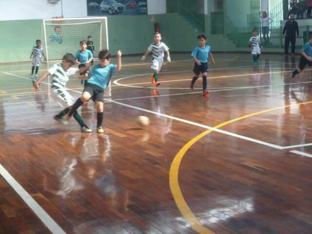 Um dos jogos deste sábado da V Copa Pelezinho Estadual de futsal  (Foto: divulgação)