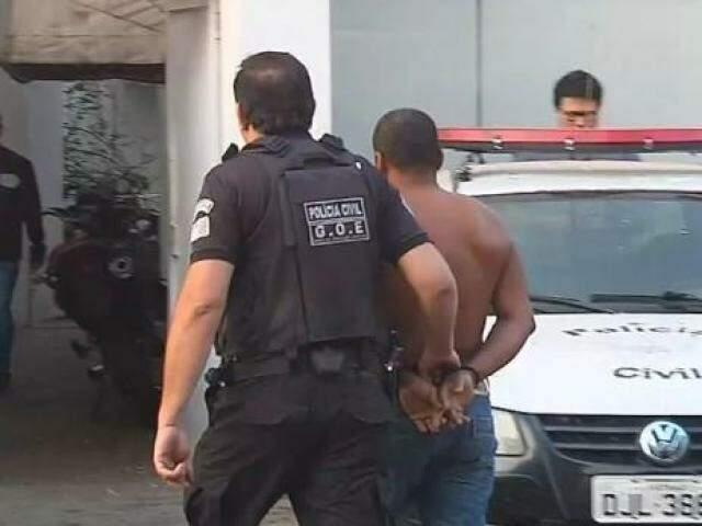 Homem preso em Araçatuba durante a Operação Homem de Ferro (Foto: Reprodução/TV TEM)