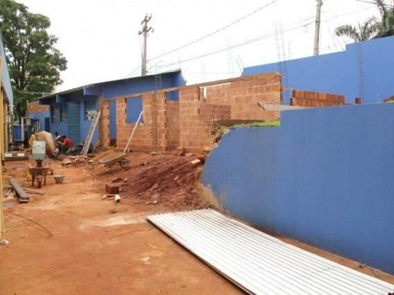 Prédio em obras no ano passado; três novas salas foram construídas na parte do fundo (Foto: Marcos Ermínio/Arquivo)