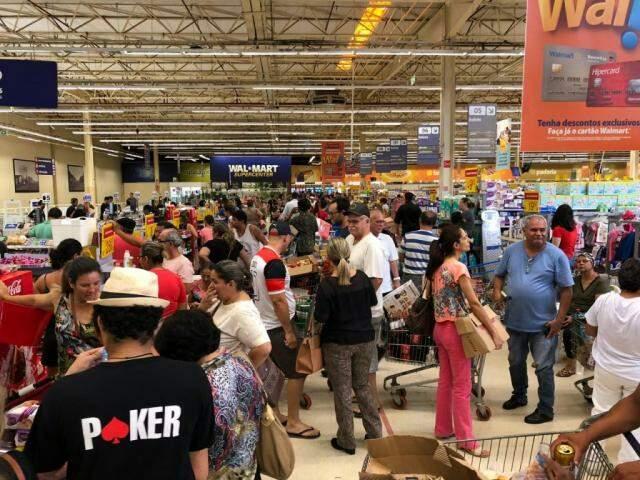 Em mais um dia de promoção, consumidor lota mercado em Campo Grande (Foto: Jones Mário)