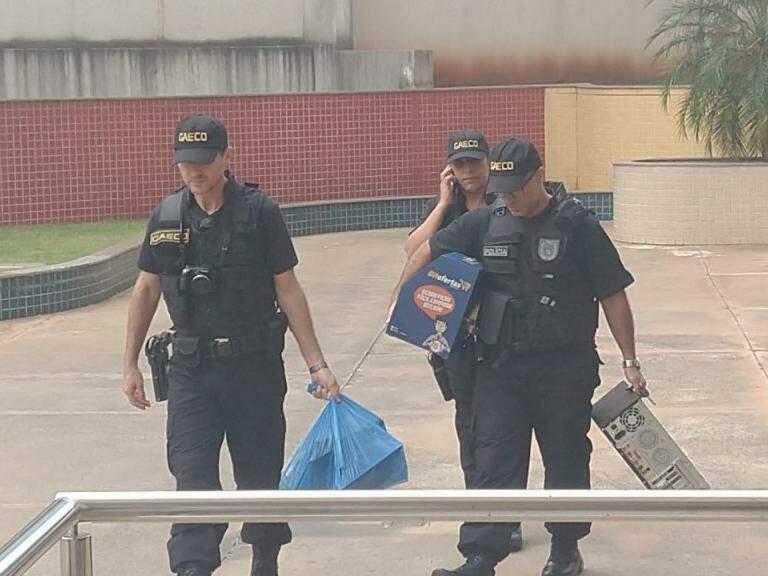 Agentes chegando ao prédio do MPMS, na Rua da Paz (Foto: Liniker Ribeiro)