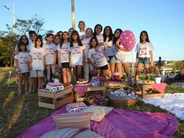 No último domingo, Ana Júlia Papa comemorou os 11 anos num piquenique com as amigas. (Foto: Simão Nogueira)
