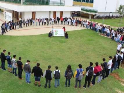 Estudantes do IFMS organizam caminhada e abraço coletivo em protestos