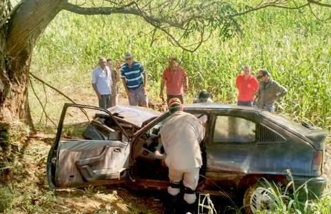 Homem morre após perder controle de veículo e colidir em árvore