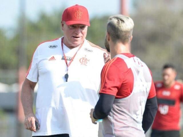 Técnico Abel Braga passa orientação ao meia Diego em treino (Foto: Alexandre Vidal/Flamengo)