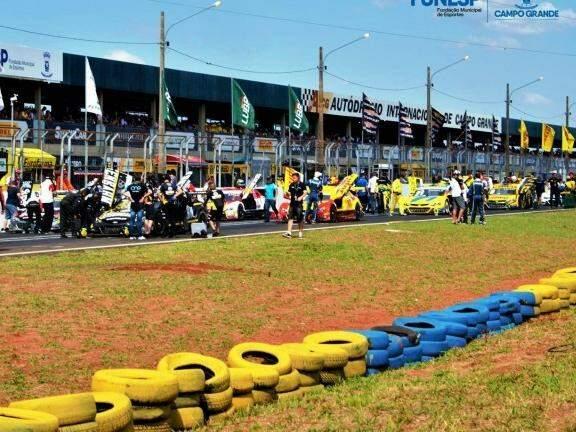 Pilotos em dia de corrida no Autódromo Internacional de Campo Grande. (Foto: Divulgação/PMCG).