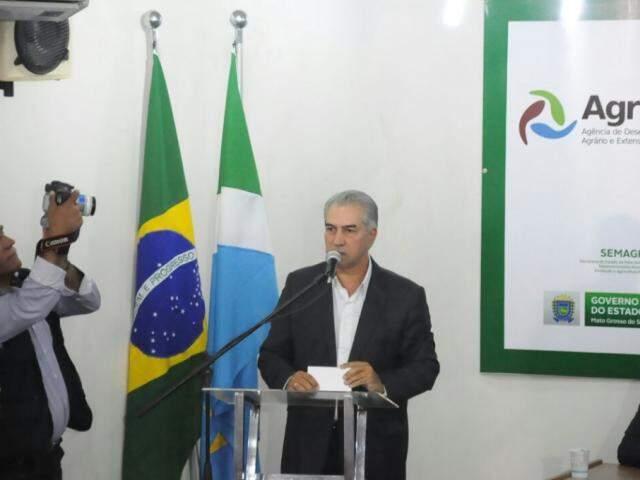 Governador do Estado, Reinaldo Azambuja (PSDB), durante discurso em agenda na segunda-feira, 19. (Foto: Paulo Francis/Arquivo).