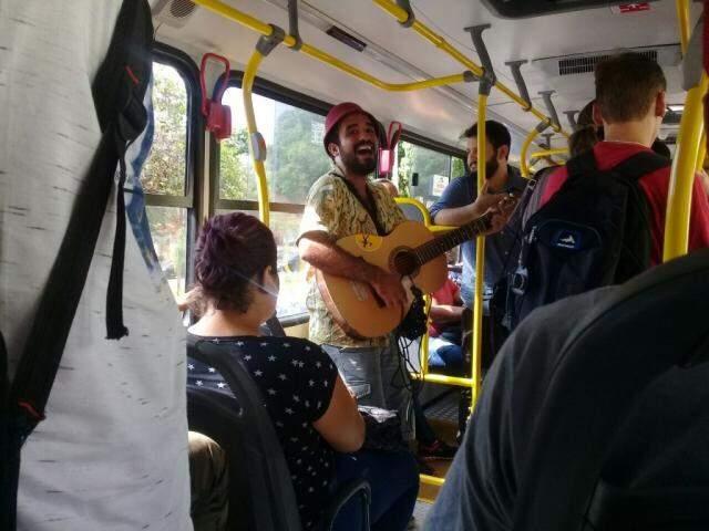 O cantor tocava animado em meio aos passageiros do transporte público. (Foto: Graziella Almeida)