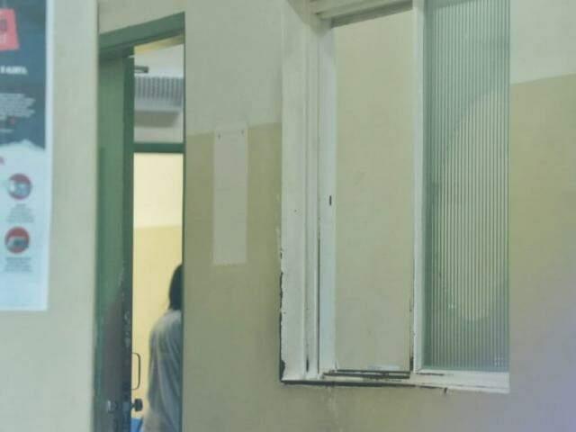Enfermeiro sendo atendido. (Foto: Henrique Kawaminami)