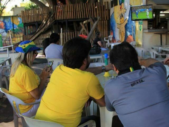 Grupo reunido para assistir jogo em Campo Grande (Foto: Marina Pacheco)