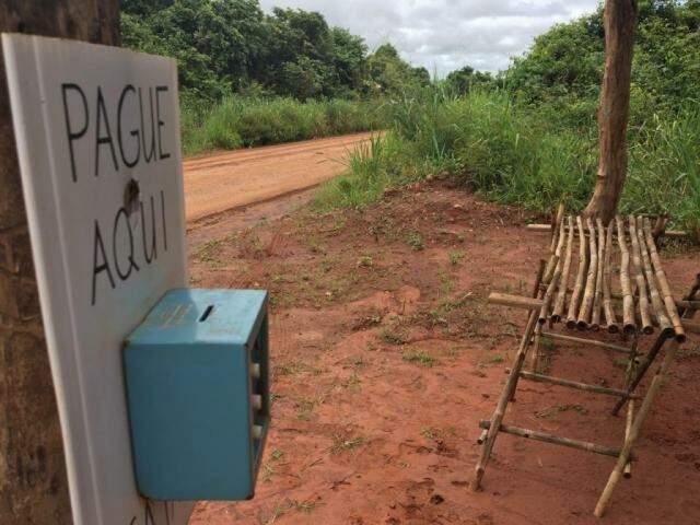 Banquinha fica em estrada de terra a 15km do Centro de Terenos (Foto: Guilherme Henri)