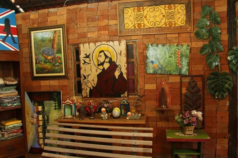 Obras de arte são trazidas de Minas Gerais. Quado de santo custa R$ 680,00 (Foto: Marcos Ermínio)