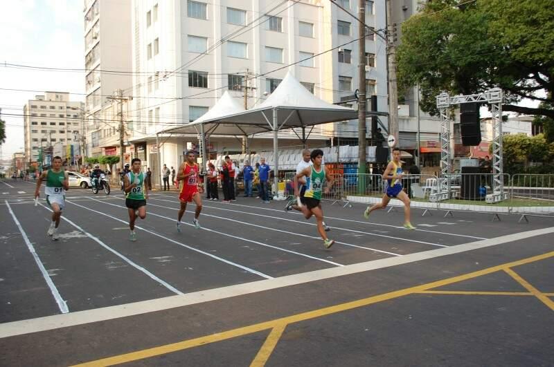 Largada foi as 7h Rua 14 de Julho, esquina com Avenida Afonso Pena (Foto: Simão Nogueira)