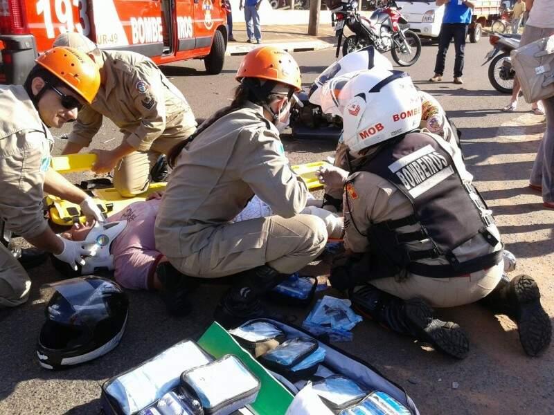Equipe dos bombeiros socorrem vítima que teve fratura exposta. (Foto: Repórter News)