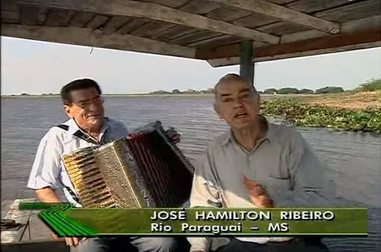 """No Pantanal, com o autor de """"Chalana"""", Mario Zan. (Foto: Reprodução/Globo Rural)"""