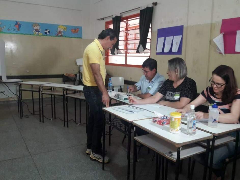 Prefeito Marquinhos Trad (PSD) durante votação na escola. (Foto: Izabela Sanchez).