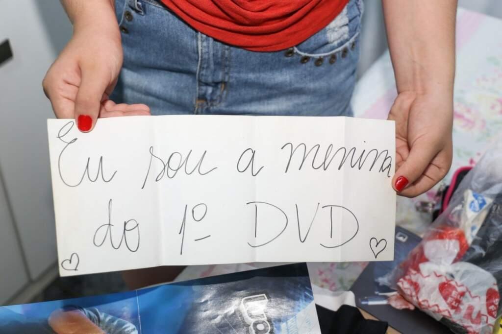 Ela fez um cartaz dizendo que é a menina do 1° DVD (Foto: Paulo Francis)